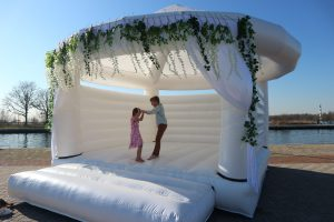 Wedding-bouncer-bruiloft-springkussen-wit-sprinkussen-kinderentertainment-kinderactiviteit-op-bruiloft